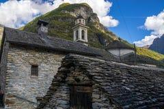 Pequeño pueblo viejo con los edificios de piedra Imagen de archivo libre de regalías