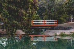 Pequeño puente anaranjado en el parque ecológico, en Indaiatuba, Brazi foto de archivo