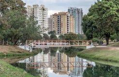 Pequeño puente anaranjado en el parque ecológico, en Indaiatuba, Brazi imágenes de archivo libres de regalías