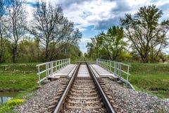 Pequeño puente de acero azul recto del ferrocarril en Eslovaquia Fotografía de archivo