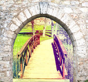 Pequeño puente de madera del jardín en el parque viejo del campo, Europa Imagen de archivo
