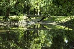 Pequeño puente de piedra en el bosque Foto de archivo