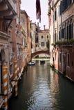 Pequeño puente de postes lateral del amarillo del canal Venecia Italia Imagenes de archivo