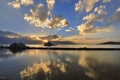 Pequeño puente---el templo---lago---puesta del sol Imágenes de archivo libres de regalías