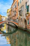 Pequeño puente en el canal de Venecia fotos de archivo libres de regalías