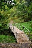 Pequeño puente en una trayectoria - estado del abedul de Yasnaya Polyana Foto de archivo libre de regalías