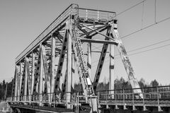 Pequeño puente ferroviario a través del río fotos de archivo