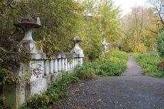 Pequeño puente viejo en el parque del otoño Foto de archivo