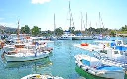 Pequeño puerto con los barcos Aegina Grecia Imágenes de archivo libres de regalías