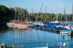 Pequeño puerto con los barcos de navegación y los barcos del pedal en el footbridg Fotografía de archivo libre de regalías