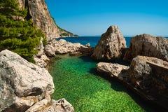 Pequeño puerto en el mar adriático. Isla de Hvar Imagen de archivo libre de regalías