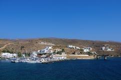 Pequeño puerto en el pueblo de Loutra, isla de Kythnos, Cícladas, Grecia Foto de archivo