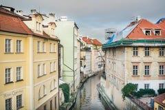 Pequeño río (canal) Certovka que divide la isla de Kampa de Mala Strana en la ciudad vieja en Praga Imagen de archivo libre de regalías