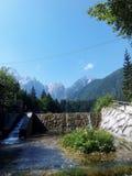 Pequeño río con las montañas Fotos de archivo