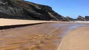 Pequeño río, corriente del agua fangosa, ondas hermosas, resplandor del sol en el agua metrajes