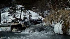 Pequeño río de la montaña de la cascada en el tiempo del invierno metrajes
