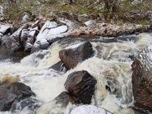 Pequeño río de la montaña en el invierno Noruega del este foto de archivo libre de regalías