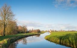 Pequeño río de serpenteo en un paisaje holandés del pólder Fotografía de archivo libre de regalías