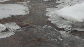 Pequeño río en el invierno, corriente, cascada almacen de video
