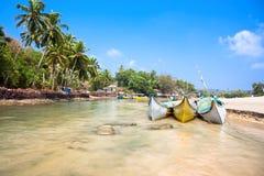 Pequeño río indio con los barcos de pesca Imágenes de archivo libres de regalías