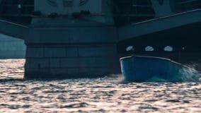 Pequeño río que entra del barco de pesca almacen de video