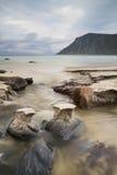 Pequeño río que fluye en el mar en la playa de Skagsanden Fotografía de archivo