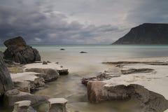 Pequeño río que fluye en el mar en la playa de Skagsanden Fotos de archivo