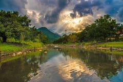 Pequeño río y puesta del sol hermosa en el pueblo de Kiriwong La mejor ubicación del ozono de Tailandia Fotografía de archivo libre de regalías