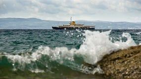 Pequeño recipiente en un mar tempestuoso Imágenes de archivo libres de regalías