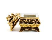 Pequeño rectángulo del joyero de oro Foto de archivo