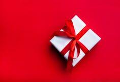 Pequeño regalo con la cinta roja Imágenes de archivo libres de regalías