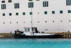 Pequeño remolcador en barco de cruceros imagenes de archivo
