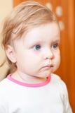 Pequeño retrato del niño con los ojos azules Imagenes de archivo