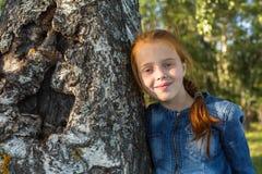 Pequeño retrato feliz de la muchacha cerca del abedul del árbol Imagen de archivo