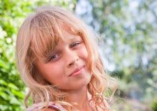 Pequeño retrato rubio levemente sonriente de la muchacha Fotos de archivo