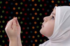 Pequeño rezo musulmán de la muchacha Foto de archivo libre de regalías