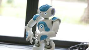 Pequeño robot con el rostro humano y el cuerpo ai almacen de video