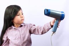 Pequeño secador asiático lindo de la muchacha y de pelo Fotos de archivo