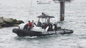 Pequeño servicio de reparación del velero y de la raza - regata Kiel Schilksee - Alemania Foto de archivo libre de regalías