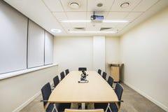 Pequeño sitio de la reunión o del entrenamiento con el proyector de la TV Imagenes de archivo
