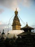 Pequeño Stupas delante del templo de Swayambhunath Imagenes de archivo