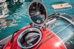 Pequeño submarino, color rojo Portilla redonda, buceo con escafandra, transporte subacuático fotos de archivo