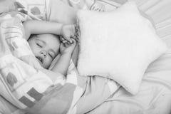 Pequeño sueño del bebé fotografía de archivo libre de regalías