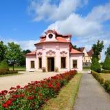 Pequeño summerhouse rosado con las rosas Imagen de archivo libre de regalías