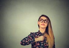Pequeño superheroine dulce Mujer confiada en vidrios Expresión humana de la cara de las emociones imagen de archivo libre de regalías