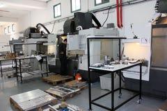 Pequeño taller con el CNC de las máquinas Imagen de archivo