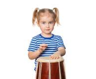 Pequeño tambor divertido del juego de la muchacha Foto de archivo