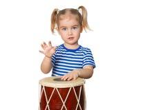 Pequeño tambor divertido del juego de la muchacha Imágenes de archivo libres de regalías