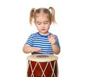 Pequeño tambor divertido del juego de la muchacha Imagen de archivo