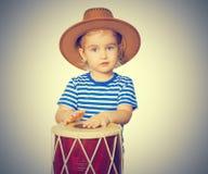 Pequeño tambor divertido del juego de la muchacha Fotografía de archivo libre de regalías